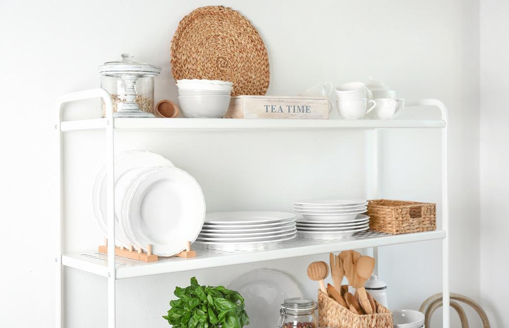 食器棚に綺麗に食器類が整理整頓されている