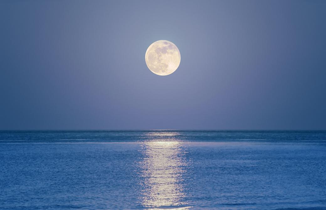 満月と照らされた海