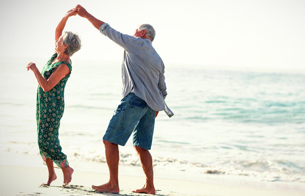 老夫婦が浜辺でダンスを楽しんでいる