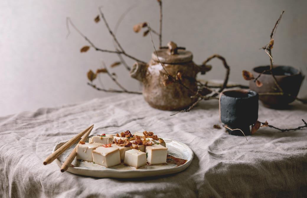 豆腐の盛りつけられた器と急須や湯のみ