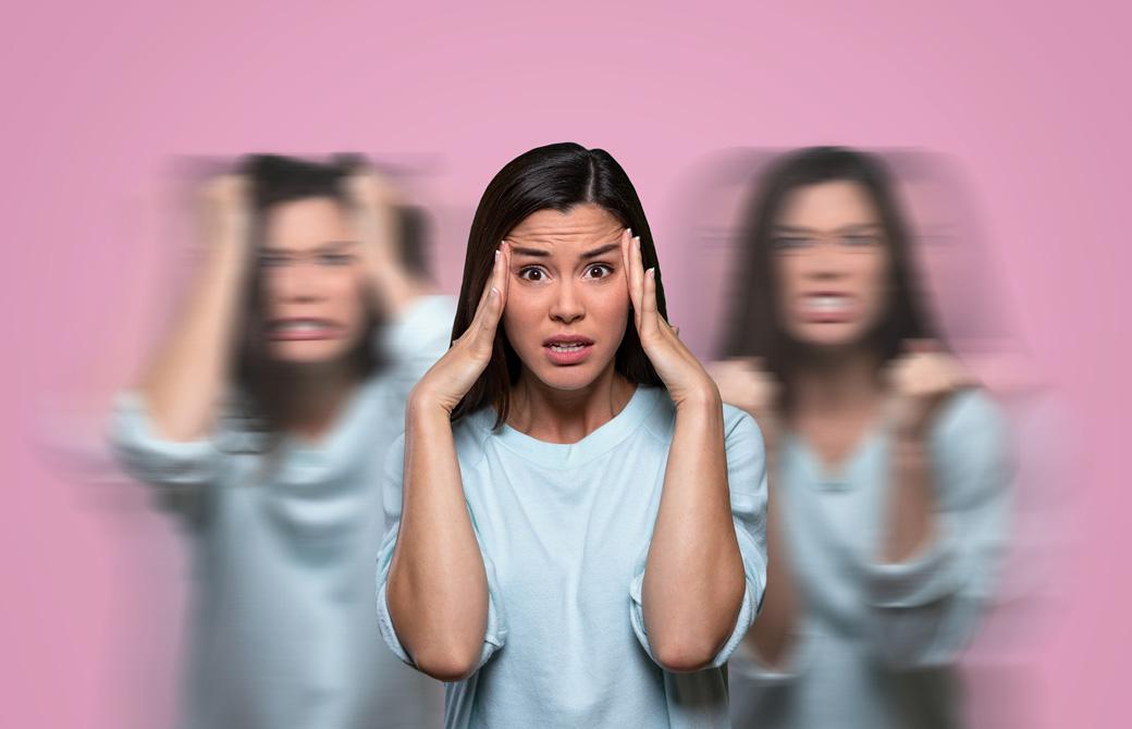 頭を抱えて怒りの表情をしている女性