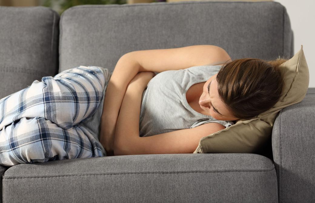 ソファにぐったり横になっている女性