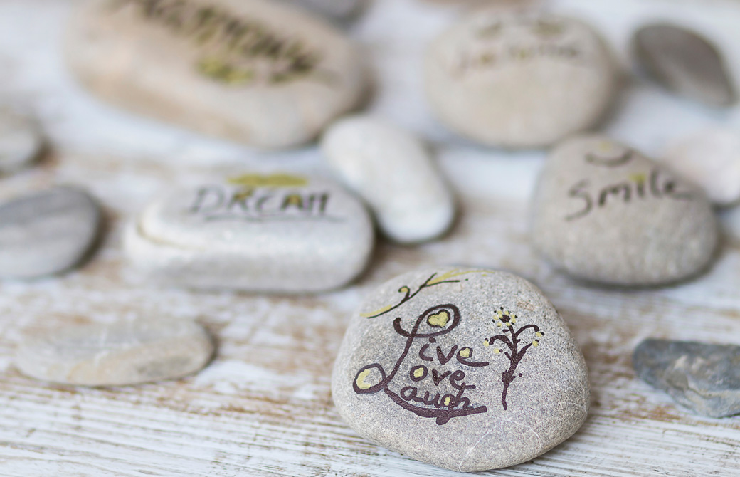 DreamやSmileの文字が書かれた小石