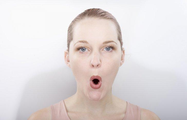口をすぼめて突き出し顔ヨガをしている女性