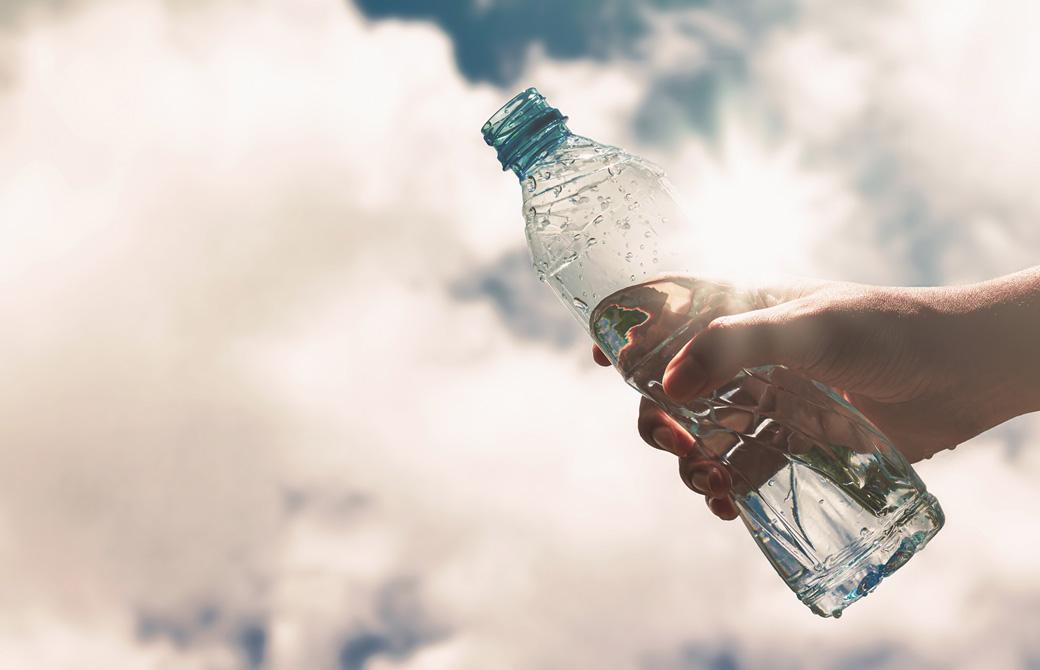 空と水の入ったペットボトル