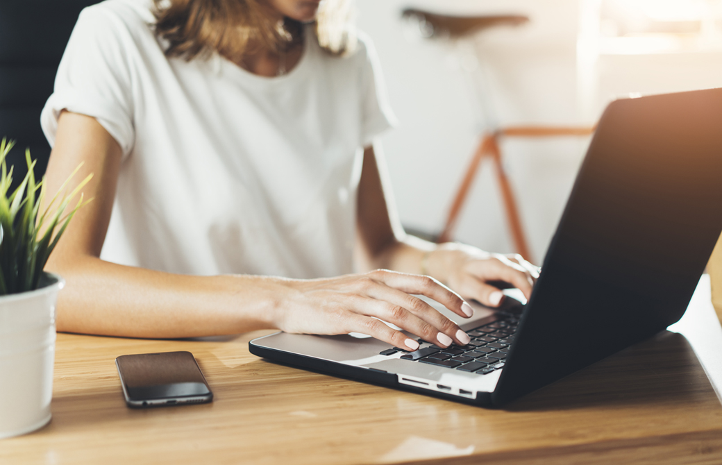 女性がパソコンに向って作業をしている