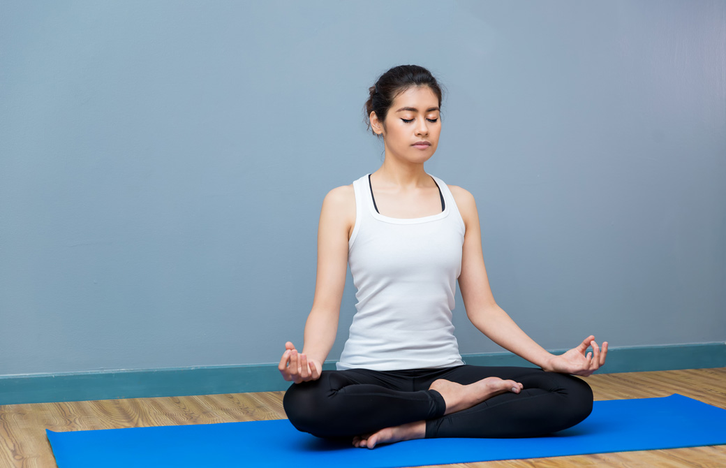 あぐらの姿勢で瞑想している女性