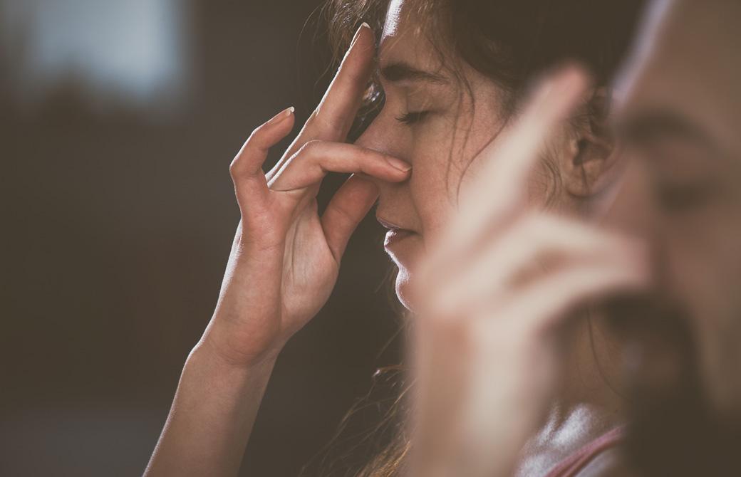 ナディーショダナ呼吸法をする女性