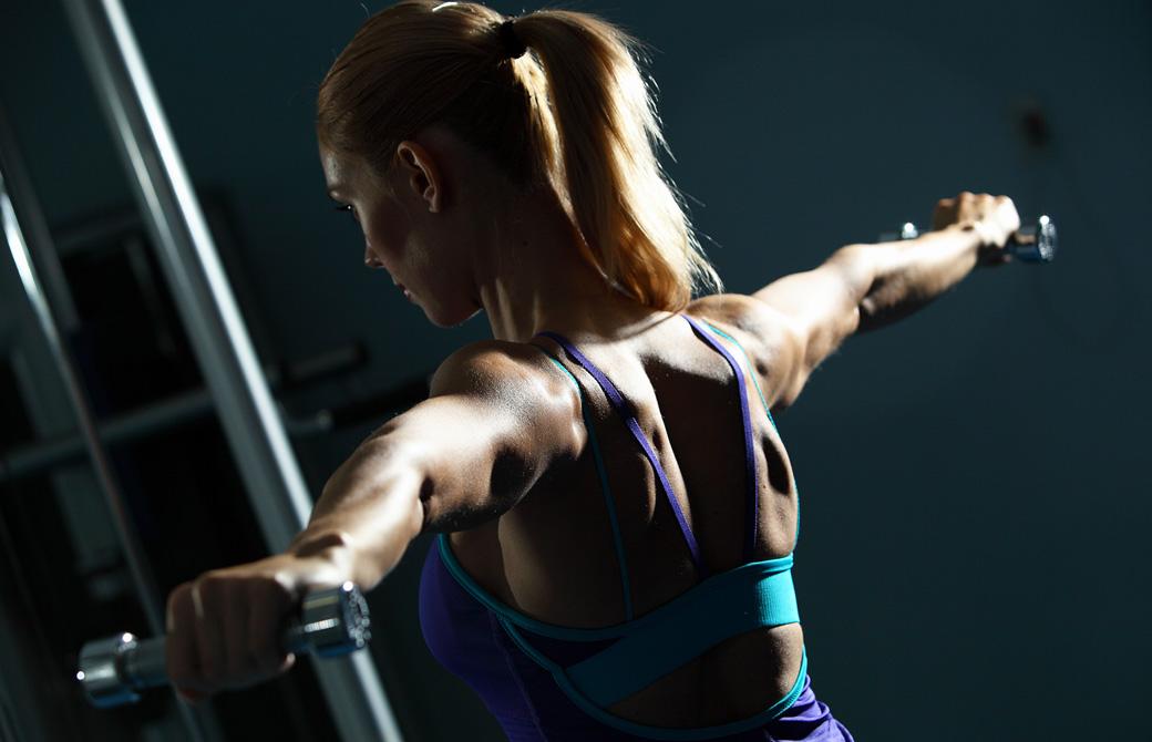 ダンベルを使って肩甲骨まわりを鍛える女性