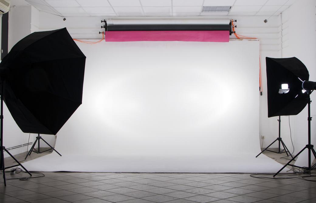 フォトスタジオの白い壁と撮影機材