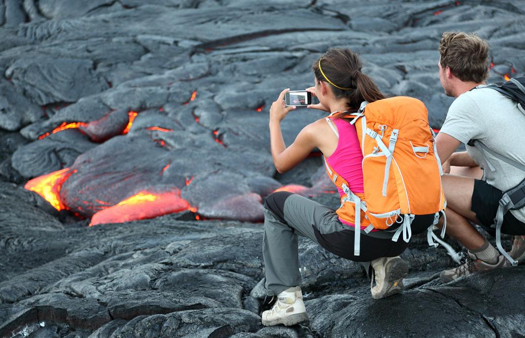 ハワイ島の溶岩を観察して写真を撮っている男女