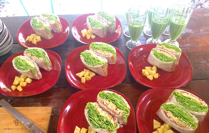 グリーンリーフのサンドイッチとグリーンスムージー