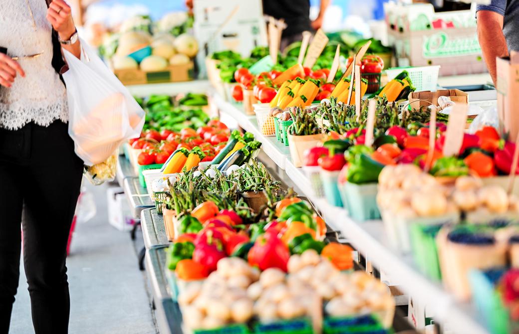 屋外のマーケットに並ぶカラフルな野菜