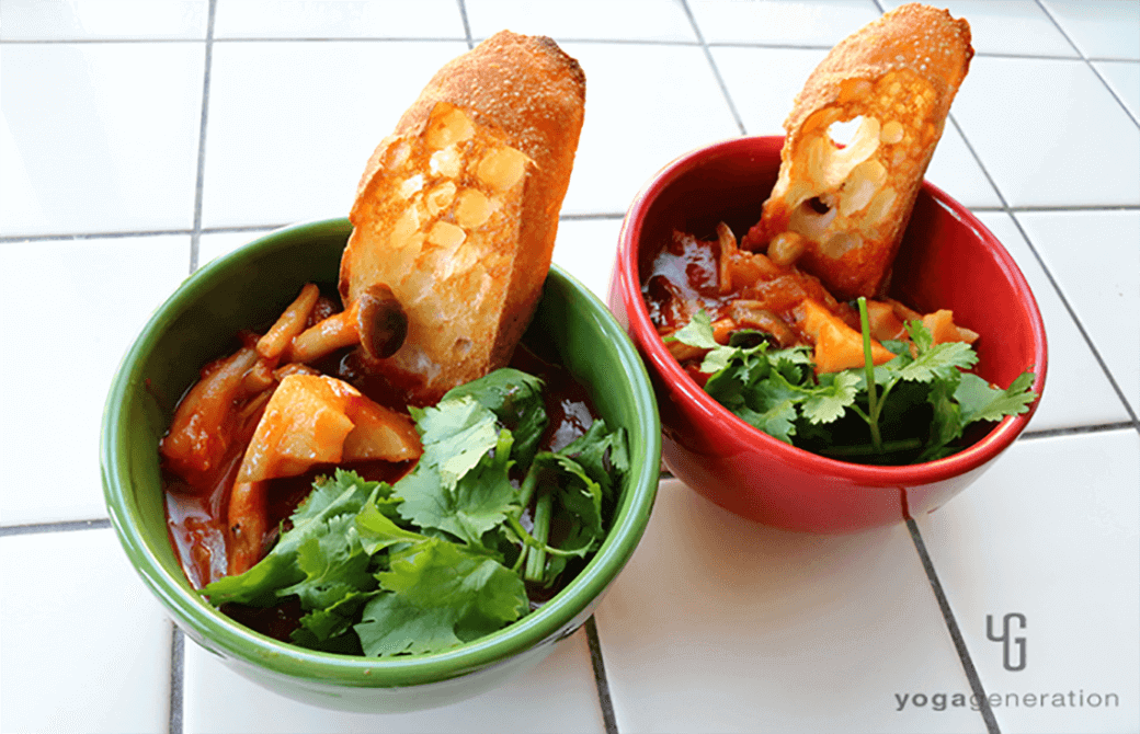 赤と緑のお皿に盛り付けたレンコンとシメジ、お豆のメキシカン・チリ・スープ