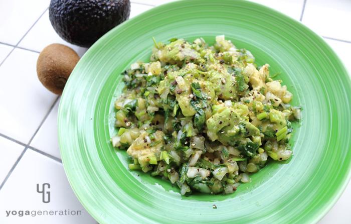緑の器に盛り付けたキウイのグリーンサルサソースでアボカド・サラダ