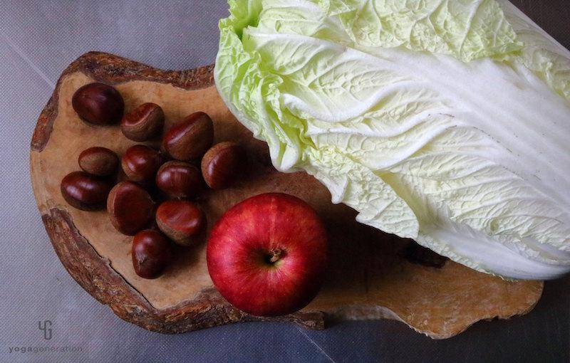 木製カットボードの上の白菜・茹で栗・リンゴ