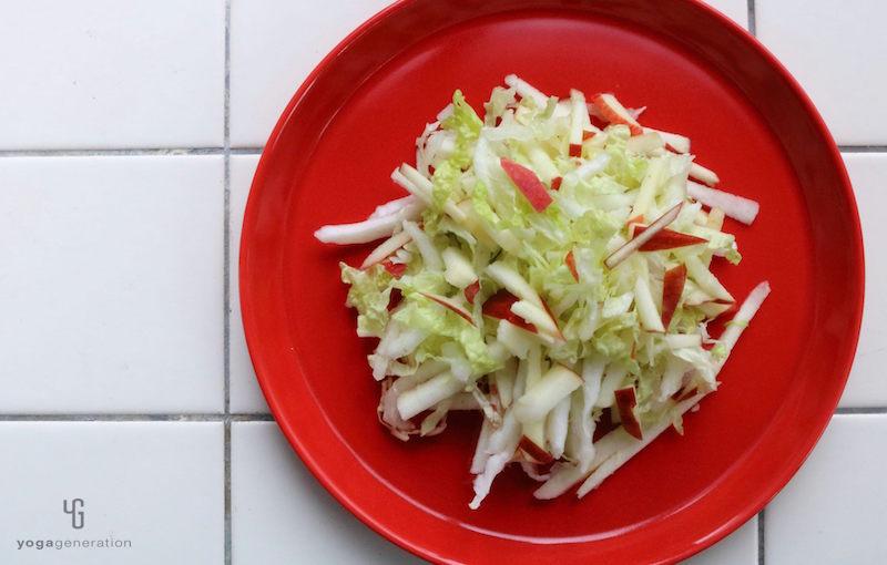 白菜とリンゴの千切りを盛りつけ