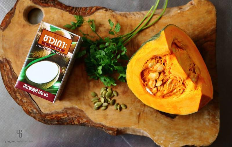 木製のカットボード上のカボチャ・カボチャの種・ハーブ・ココナッツミルク