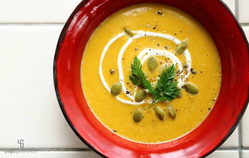 赤の器に入ったカレースープ