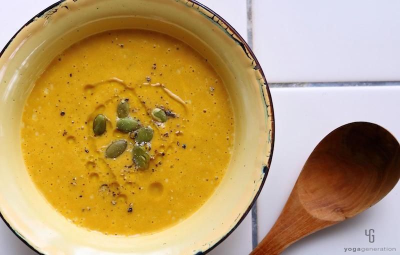黄色の器に入ったカレースープ