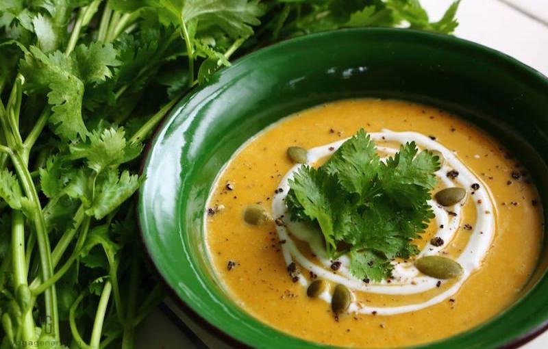 緑の器に入ったカレースープ