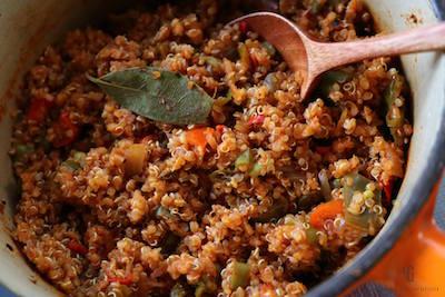 炊きあがったキヌアと野菜
