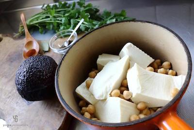 鍋に入れたひよこ豆・豆腐