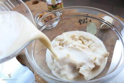 ボウルで酒粕を豆乳に浸している