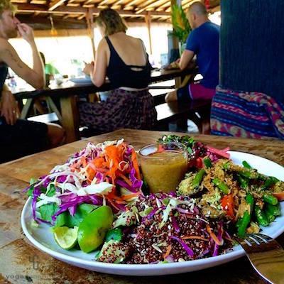 白い皿に乗った色とりどりのサラダ