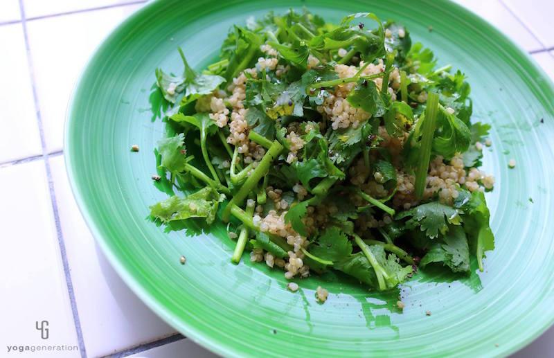 緑の皿に乗ったサラダ