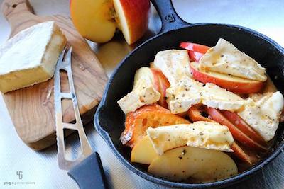 耐熱皿の上のパンとフルーツとチーズ