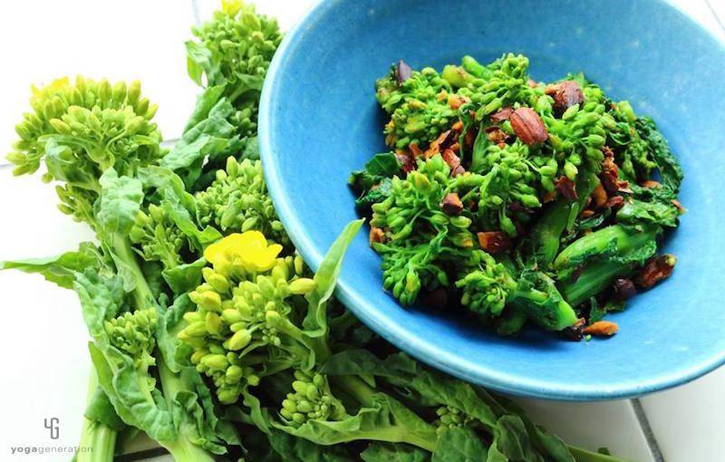 水色の器に入った菜の花の辛子醤油和え