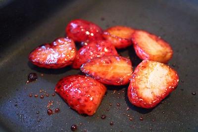 フライパンでイチゴを炒める