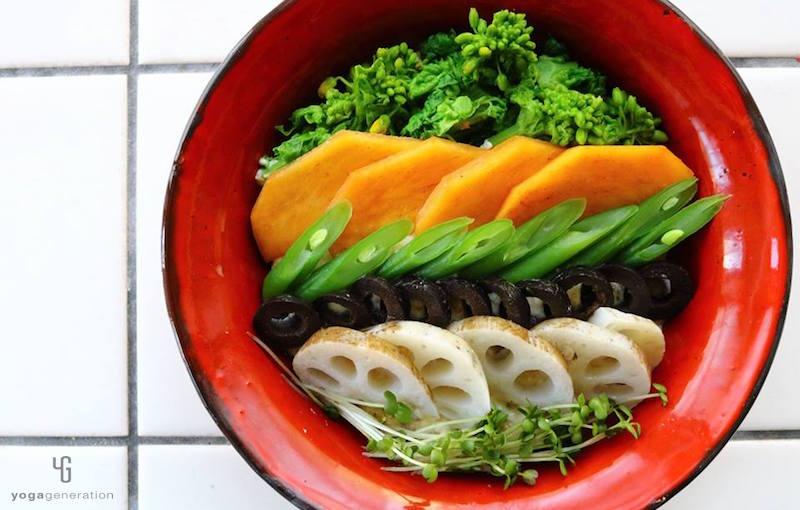 赤の器に入った野菜