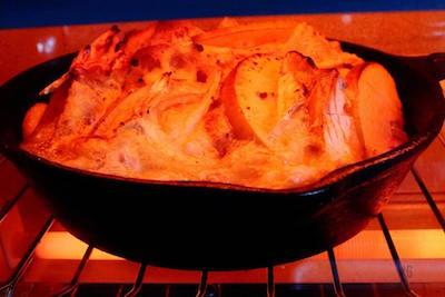 耐熱皿をオーブンにいれて焼いているところ