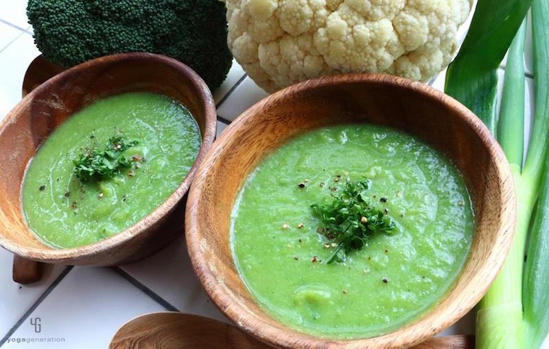 木の器に入った緑のスープ