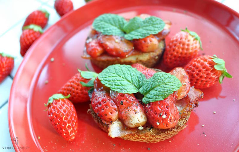 赤い皿に乗ったイチゴのオープンサンド