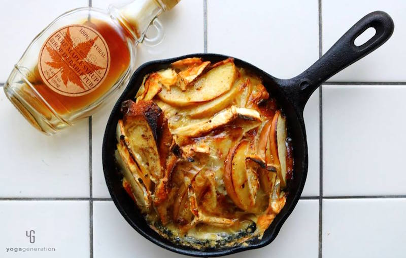 スキレットに入ったリンゴのフレンチトースト