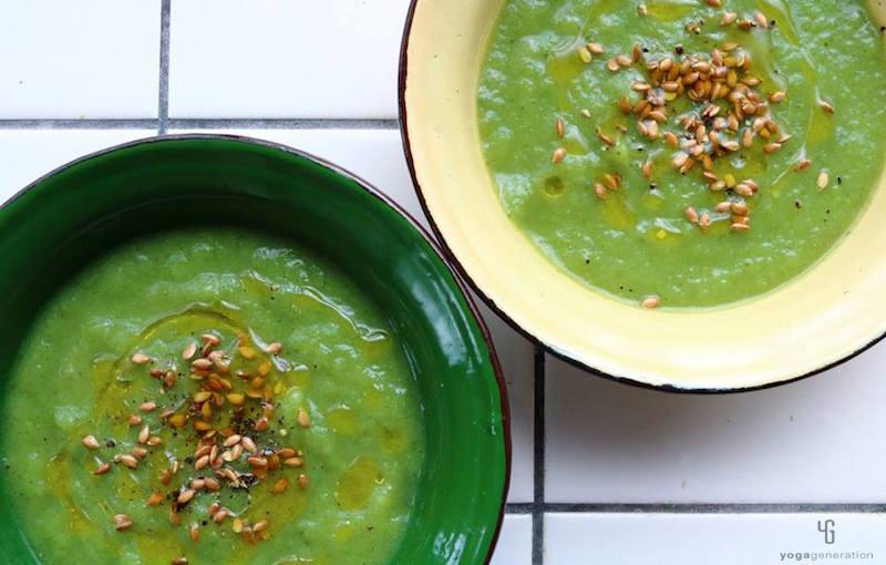 緑の器と白の器に入った緑のスープ