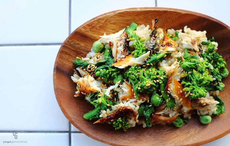 木の皿に乗った菜の花の玄米サラダ