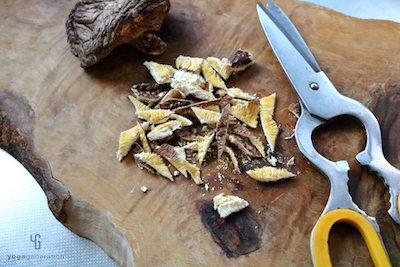 乾燥椎茸をハサミで刻んだところ