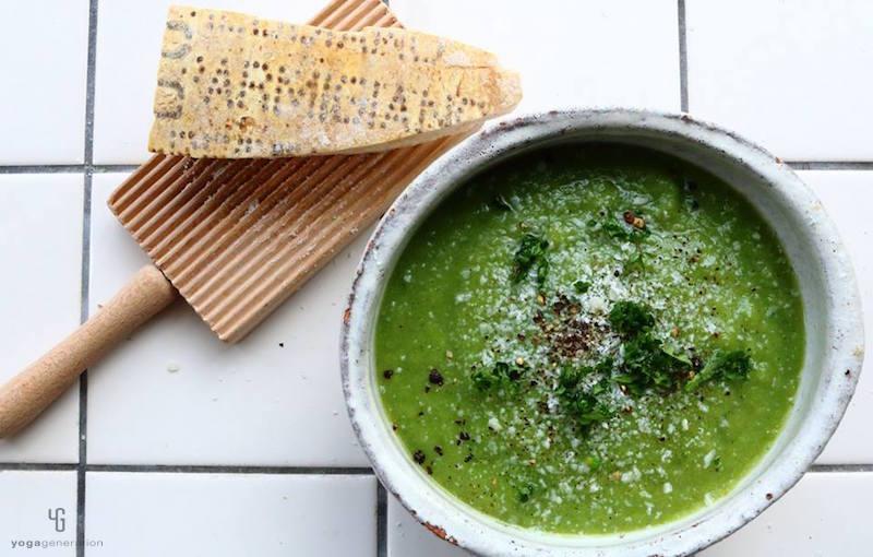 白の器に入った緑のスープとチーズ