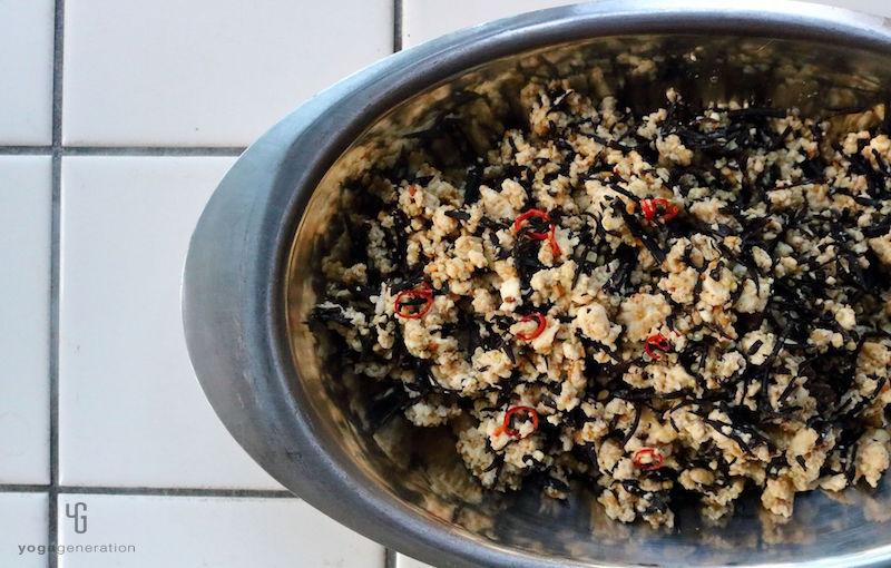 シルバーの器に入った炒り豆腐