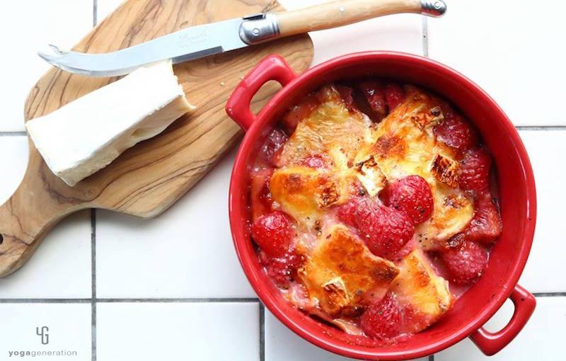 赤い器に入ったいちごのフレンチトースト