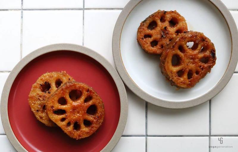 赤の皿と白の皿に乗ったレンコン南蛮漬け