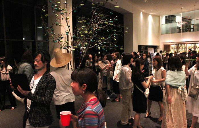パーティー会場に少しずつ人が集まっていく