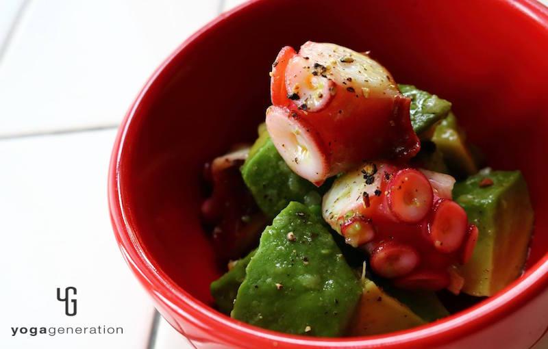 赤い器に乗せたアボカドとタコのサラダ