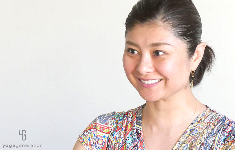 間々田佳子先生が笑顔で語っている