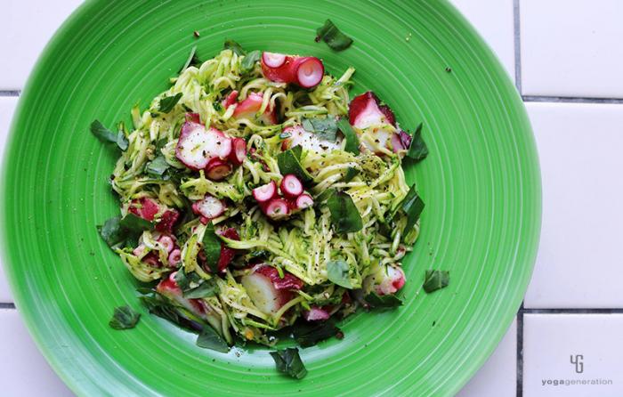 緑の皿にズッキーニとタコのサラダ