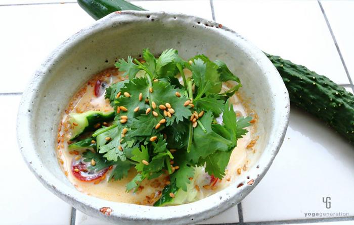 レッドカレー風味♪|キュウリとトマトの豆乳スープ
